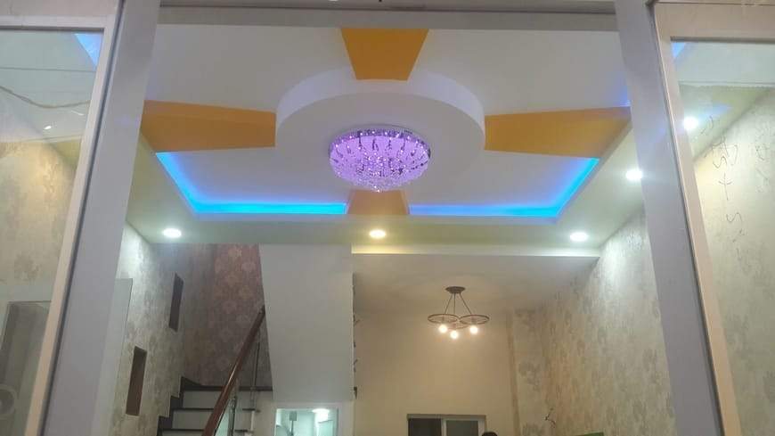 Đèn chùm bố trí trên cao tôn lên vẻ đẹp trần nhà