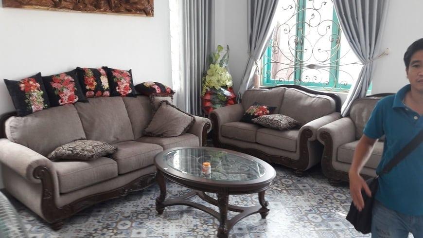 Bộ ghế sofa phòng khách pha nét cổ điển tạo điểm nhấn ngay chính giữa nhà