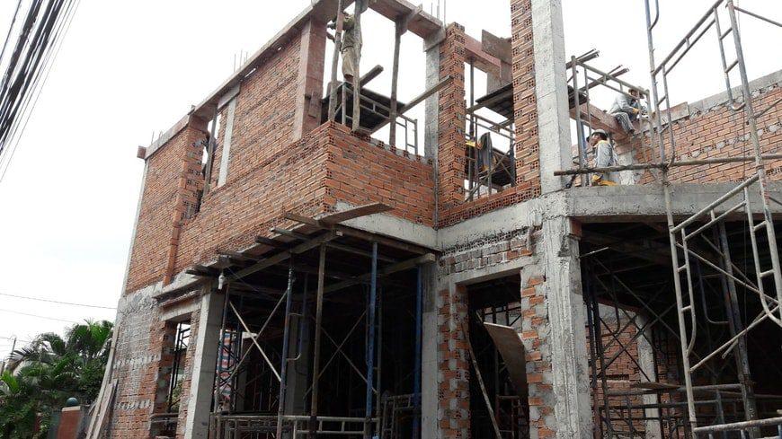 Phá dỡ căn nhà cũ để tiến hành xây mới trên cùng nền đất