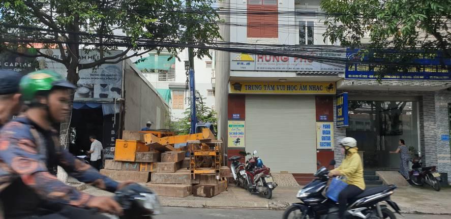 Tập kết vật tư phục vụ ép cọc gia cố móng nhà phố