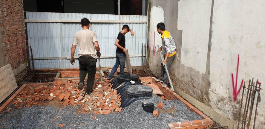 Công nhân thi công hoàn thiện móng nhà