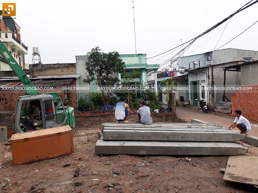 Chuẩn bị vật tư ép cọc bê tông gia cố móng ngôi nhà phố