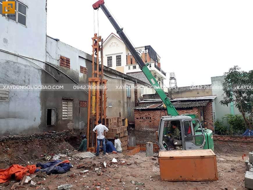 Thi công ép cọc bê tông gia cố móng ngôi nhà phố