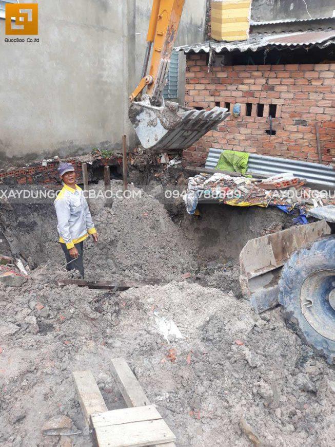 Chuẩn bị ép cọc bê tông gia cố móng ngôi nhà phố