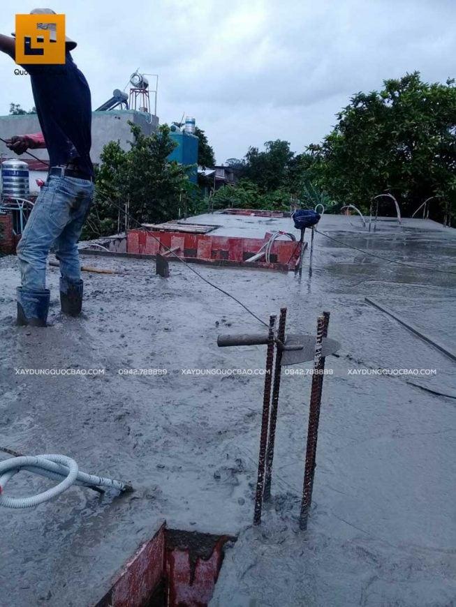 Đội thi công đang đổ bê tông dầm và sàn tầng trệt