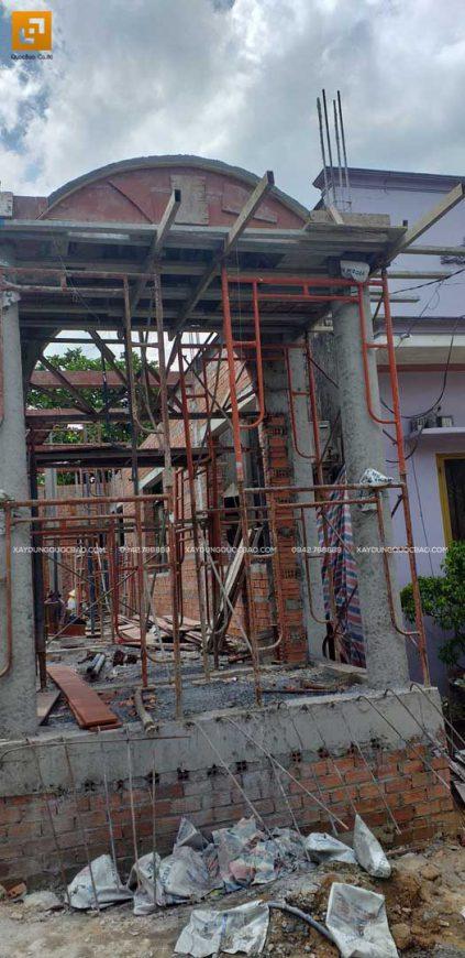 Phần thô mặt dựng tầng trệt của căn biệt thự 2 tầng