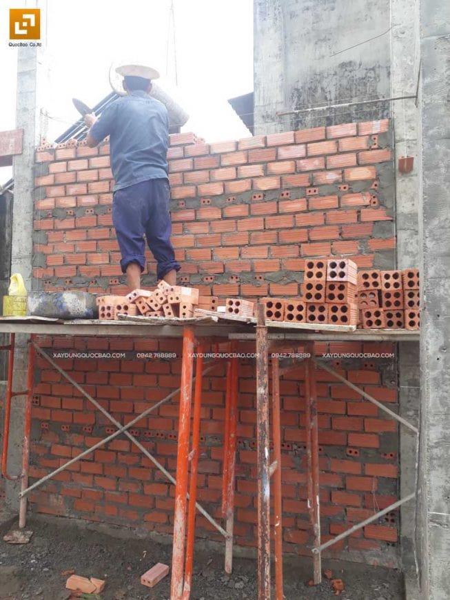 Công nhân đang xây tường bao quanh tầng trệt