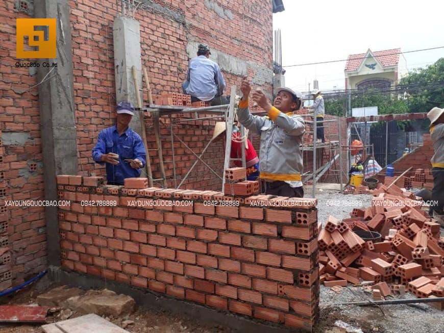 Công nhân thi công tường gạch, vách ngăn các phòng - Ảnh 2