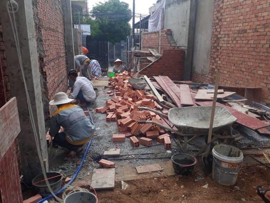 Công nhân Quốc Bảo đang hoàn thiện phần móng nhà ống