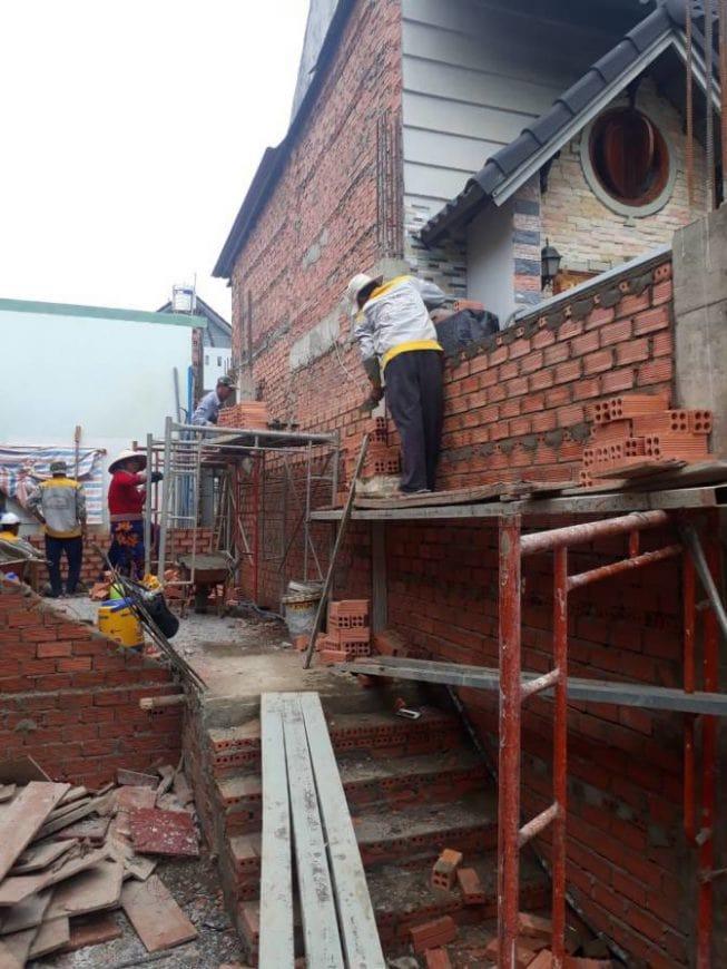 Công nhân thi công tường gạch, vách ngăn các phòng - Ảnh 1