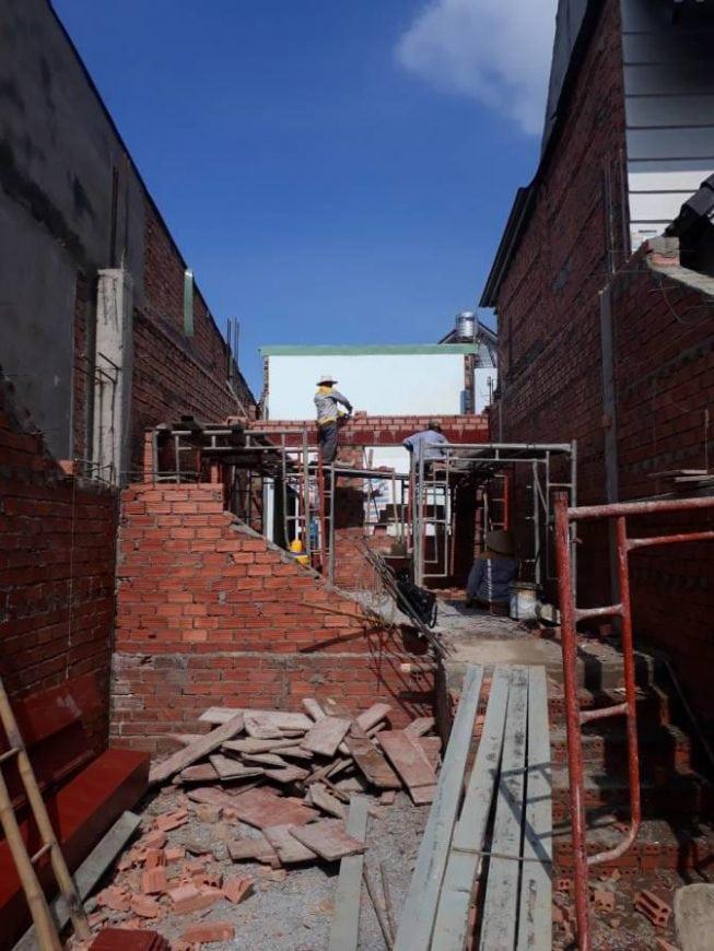 Công nhân thi công tường gạch, vách ngăn các phòng - Ảnh 4