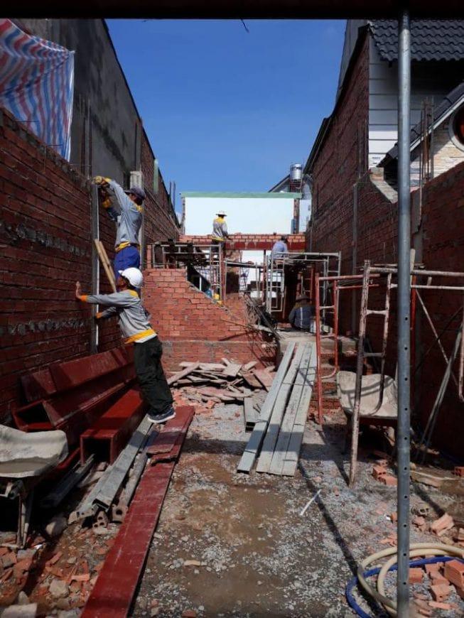 Công nhân thi công tường gạch, vách ngăn các phòng - Ảnh 5