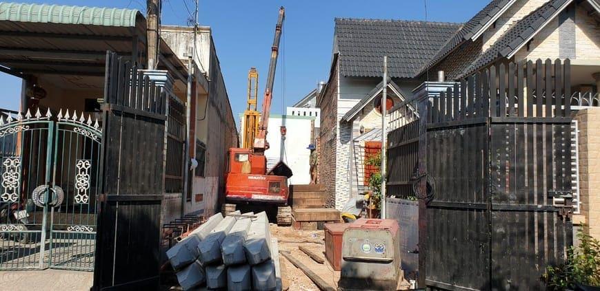Công nhân điều khiển máy ép cọc bê tông tại công trình