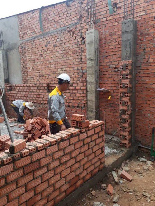 Công nhân thi công tường gạch, vách ngăn các phòng - Ảnh 3