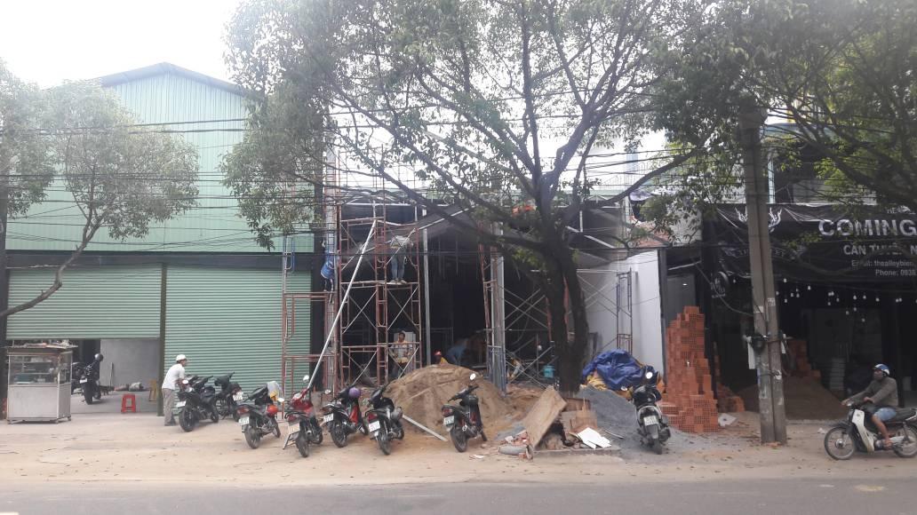 Gia cố các trụ cột thép hình để tạo khung sườn vững chăc cho công trình