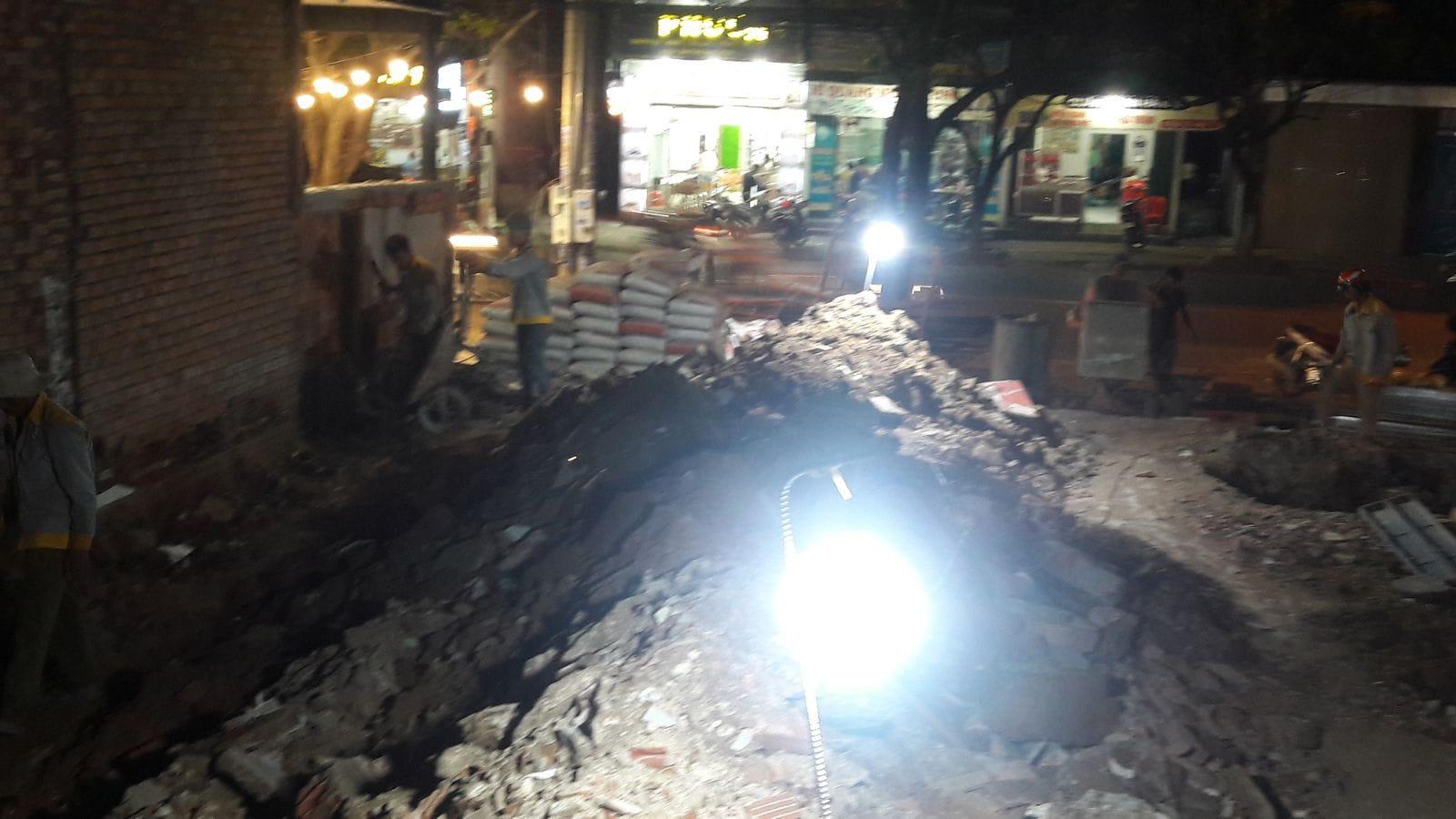 Công nhân tích cực làm cả ban đêm để kịp bàn giao công trình trước Tết