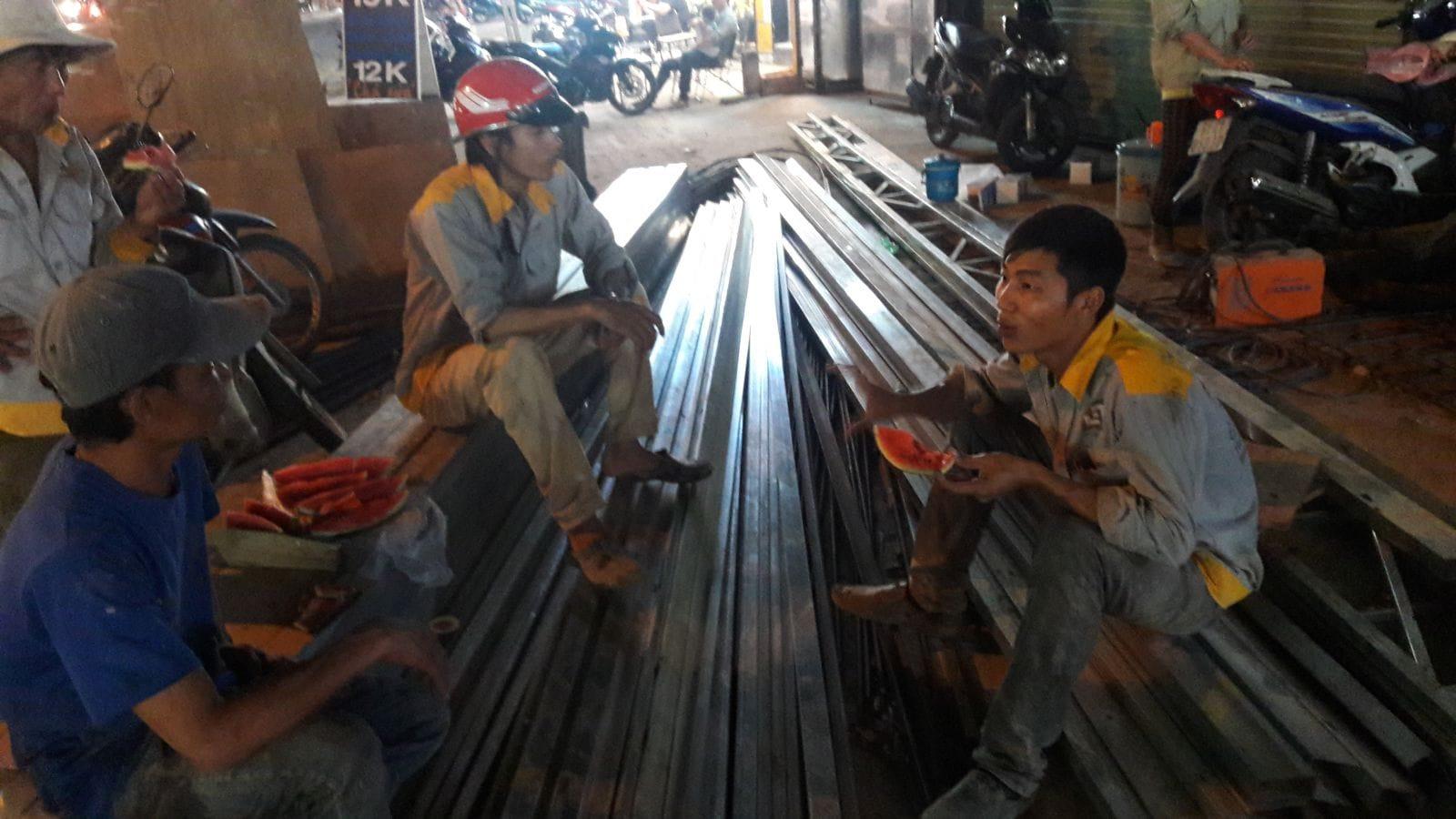 Anh em dùng bữa tạm trong giờ giải lao tại công trình