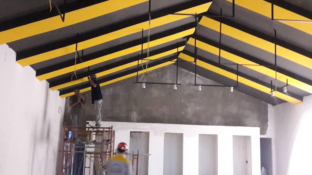 Sơn các mảng màu trần cửa hàng, bố trí dàn đèn chiếu sáng