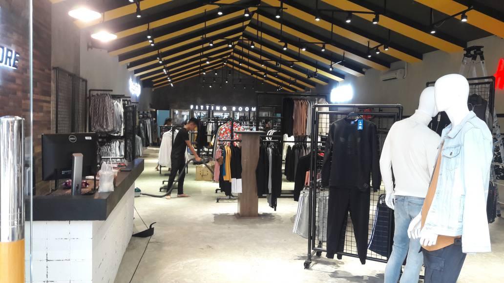 Khu vực trưng bày các loại quần áo nam và phụ kiện thời trang dành cho phái mạnh