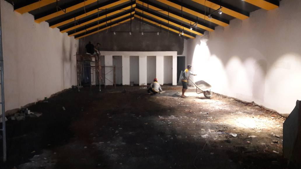 Công nhân đang dùng máy đầm nền để gia cố nền công trình