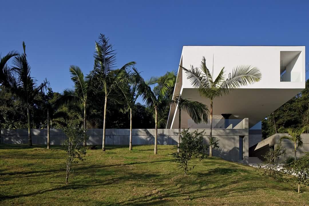 Villa kết cấu thép nổi bật giữa không gian xanh