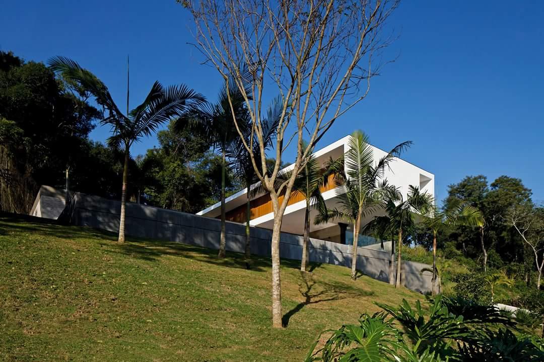 Villa được bao bọc giữa bạt ngàn cây xanh