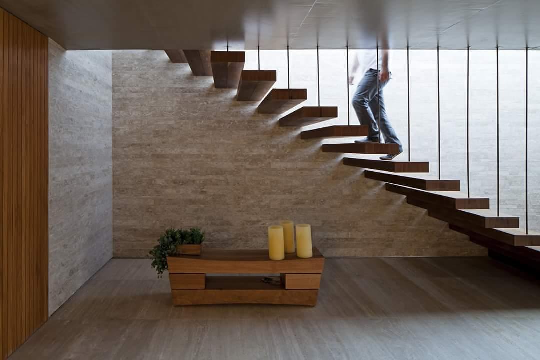 Cầu thang gỗ bên trong Biệt thự