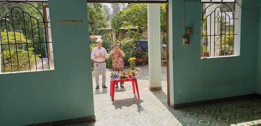 Gia chủ làm lễ động thổ khởi công làm nhà