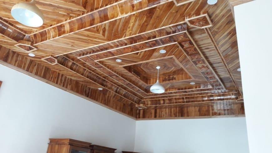 Trần gỗ tự nhiên được gia công tinh xảo, đường nét tỉ mỉ