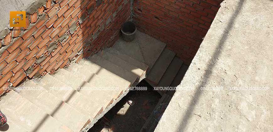 Xây cầu thang nhà phố 2 tầng