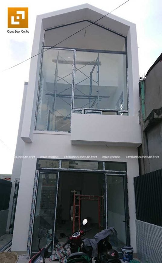 Công đoạn sơn lót và lắp kính cho các khung cửa