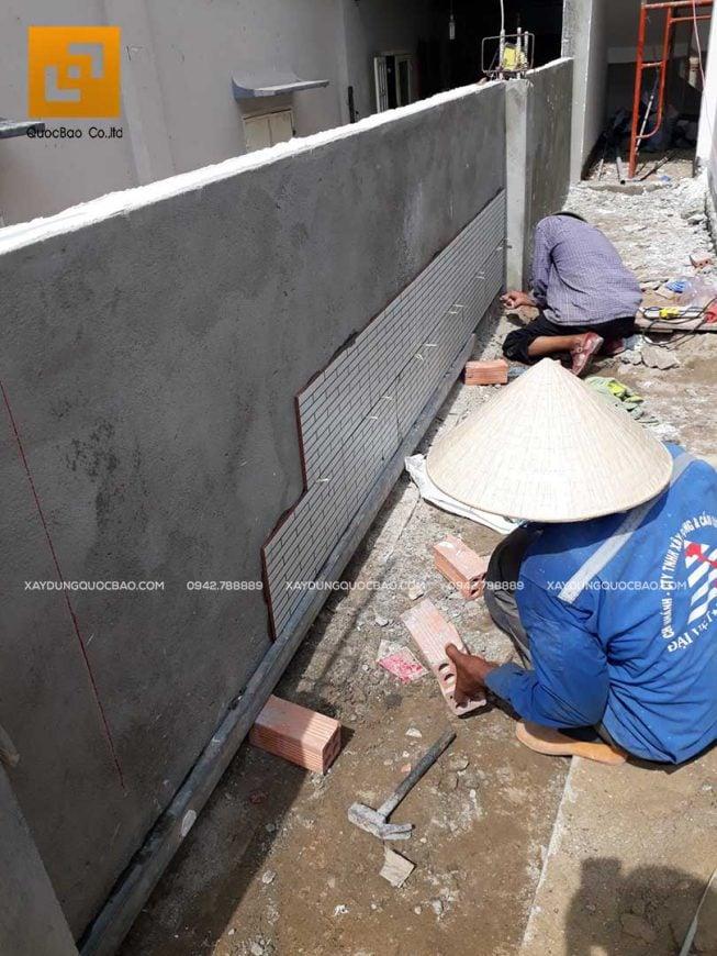 Ốp gạch trang trí tường ngoài trời cho ngôi nhà 2 tầng