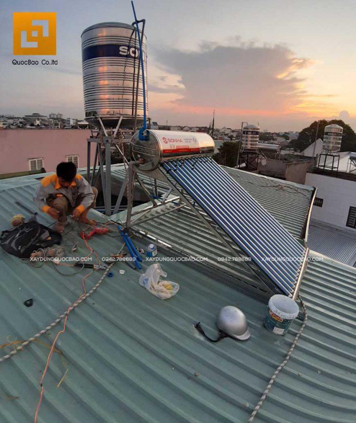 Lắp đặt hệ thống máy nước nóng năng lượng mặt trời Sơn Hà trên mái