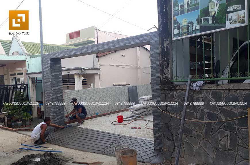 Thi công gạch lát sân và gạch ốp cổng nhà đẹp