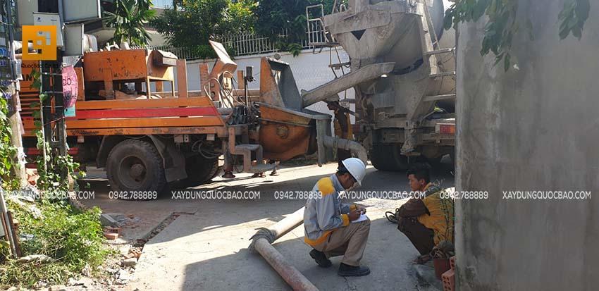 Kĩ sư hiện trường kiểm tra an toàn trước khi đổ bê tông mặt sàn