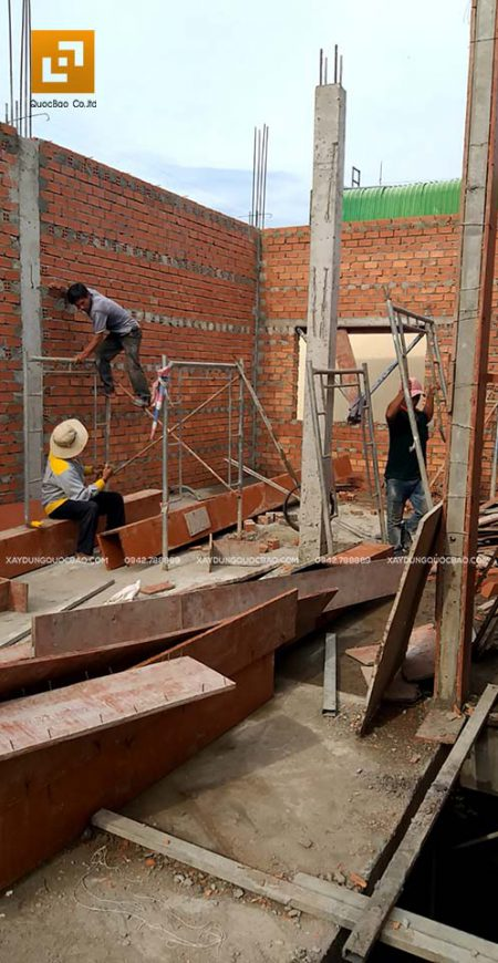 Công nhân ZCONS đóng coppha dầm tầng tum