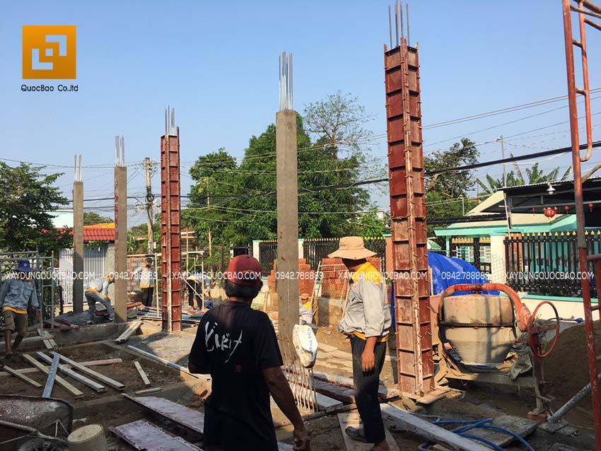 Lắp dựng coppha cột và đổ bê tông cột
