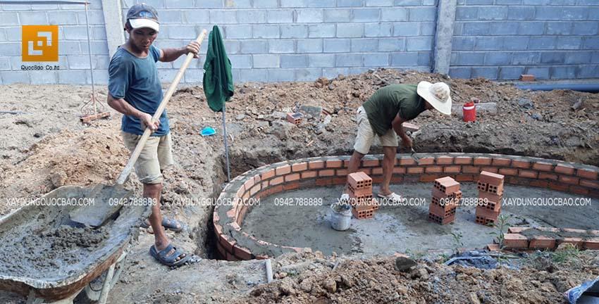 Đội thi công đang xây hòn non bộ tạo nét đẹp phong thủy trong vườn nhà