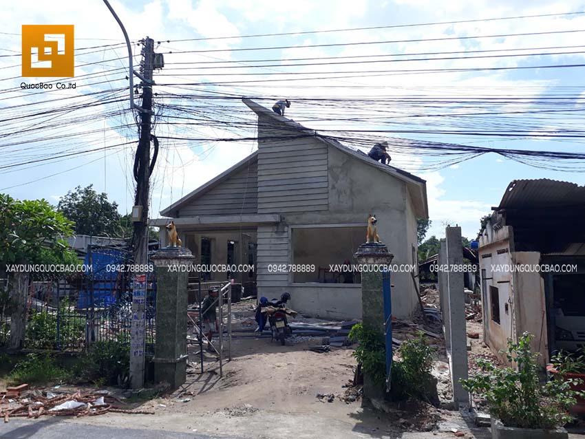 Công nhân đang hoàn thiện phần mái nhà phố tại Nhơn Trạch