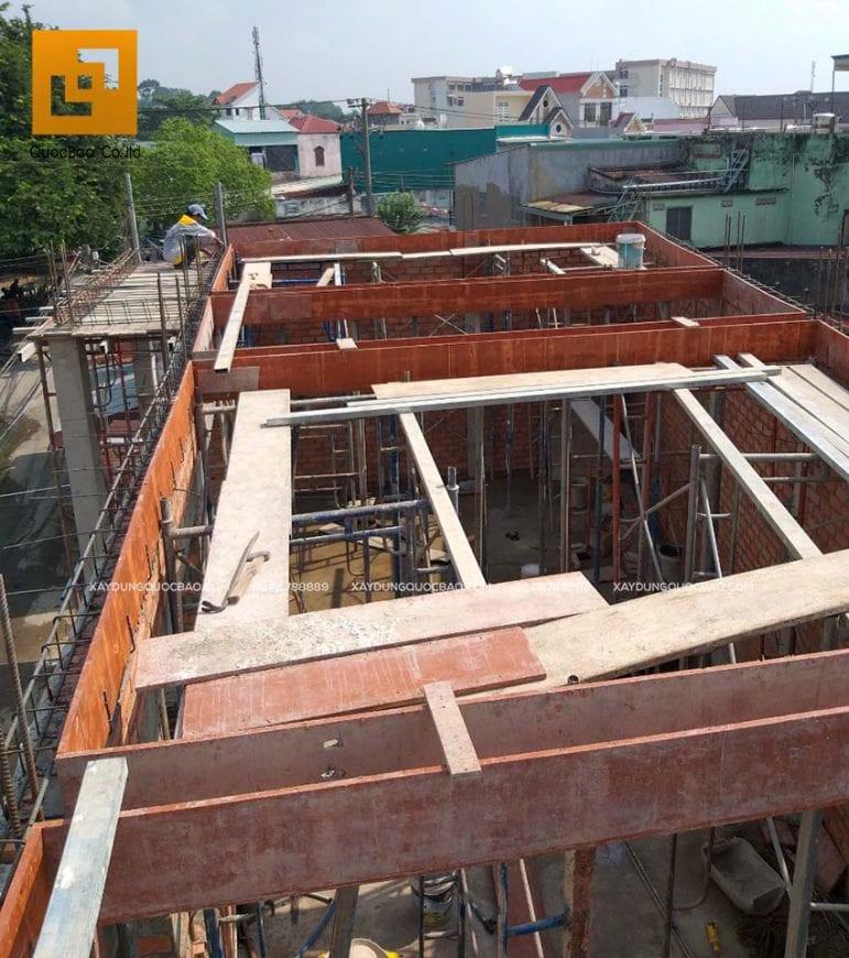 Công tác chuẩn bị đổ bê tông dầm tầng mái