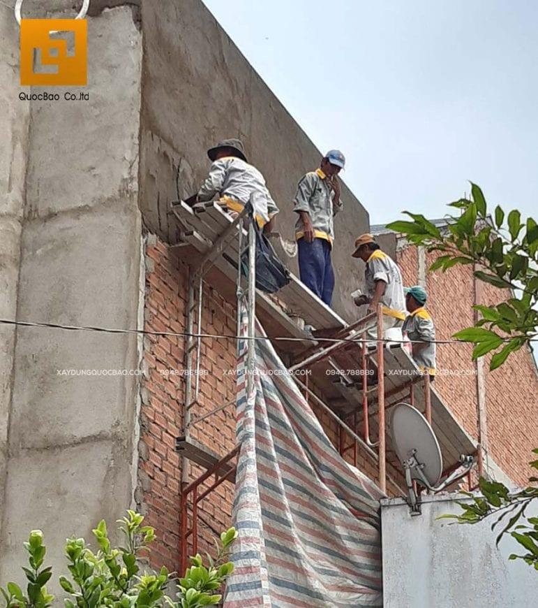Công nhân thi công tô trát tường ngoài nhà