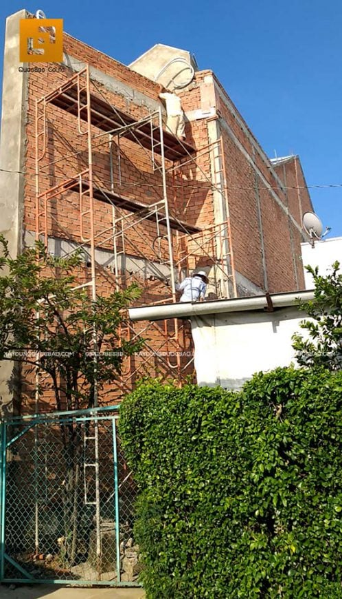 Phần thô của ngôi nhà 2 tầng đã dần thành hình
