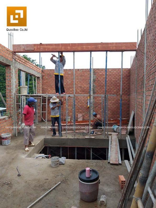 Công nhân ZCONS đóng coppha dầm tầng mái