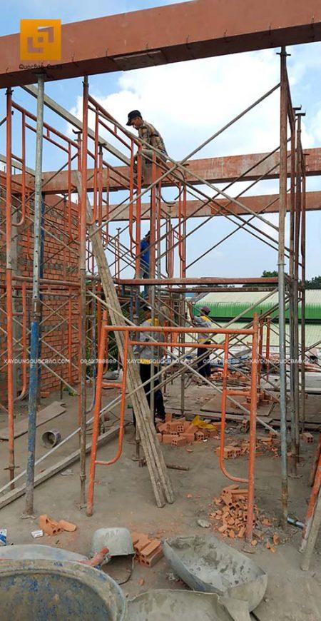 Công nhân lắp coppha dầm mái