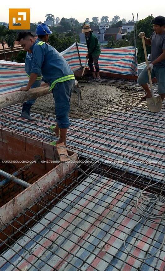 Công nhân đổ bê tông sàn tầng tum