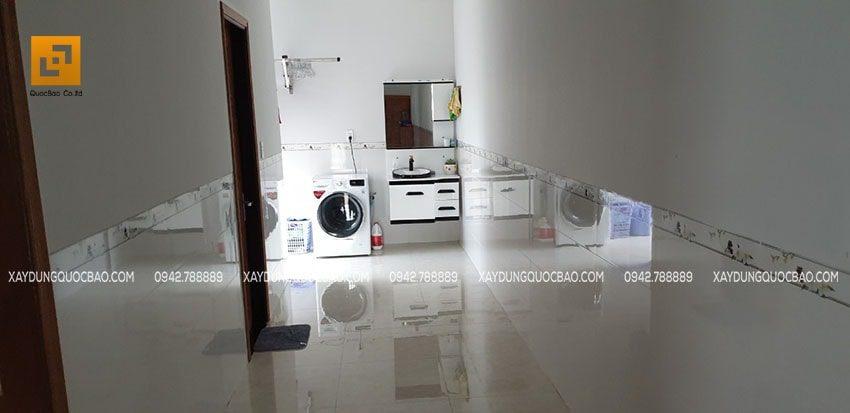 Phía sau phòng bếp là 2 phòng ngủ, cuối hành lang là khu vực phơi giặt và lỗi đi dẫn ra hiên bên hông nhà
