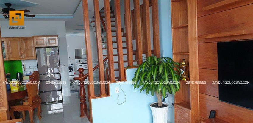 Lam gỗ chân cầu thang sử dụng gỗ tự nhiên hoàn toàn