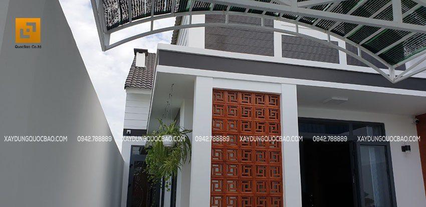 Mặt dựng phía trước nhà được ốp đá răng lược đen bắt mắt
