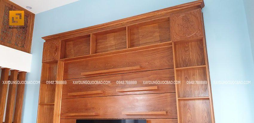 Kệ tivi kết hợp với tủ búp phê làm nơi trưng bày những chai rượu quý và vật dụng trang trí giá trị