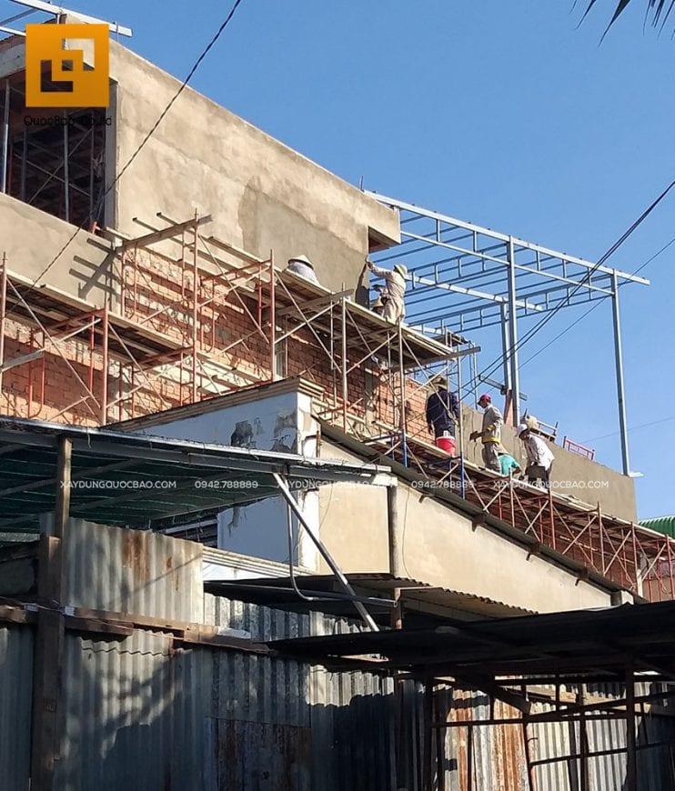 Công nhân ZCONS thi cô tô trát tường phía ngoài nhà